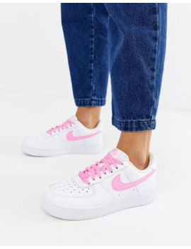 zapatillas-en-blanco-y-rosa-air-force-1-de-nike by nike