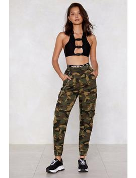 Pantalon Camouflage Une Femme D'action by Nasty Gal